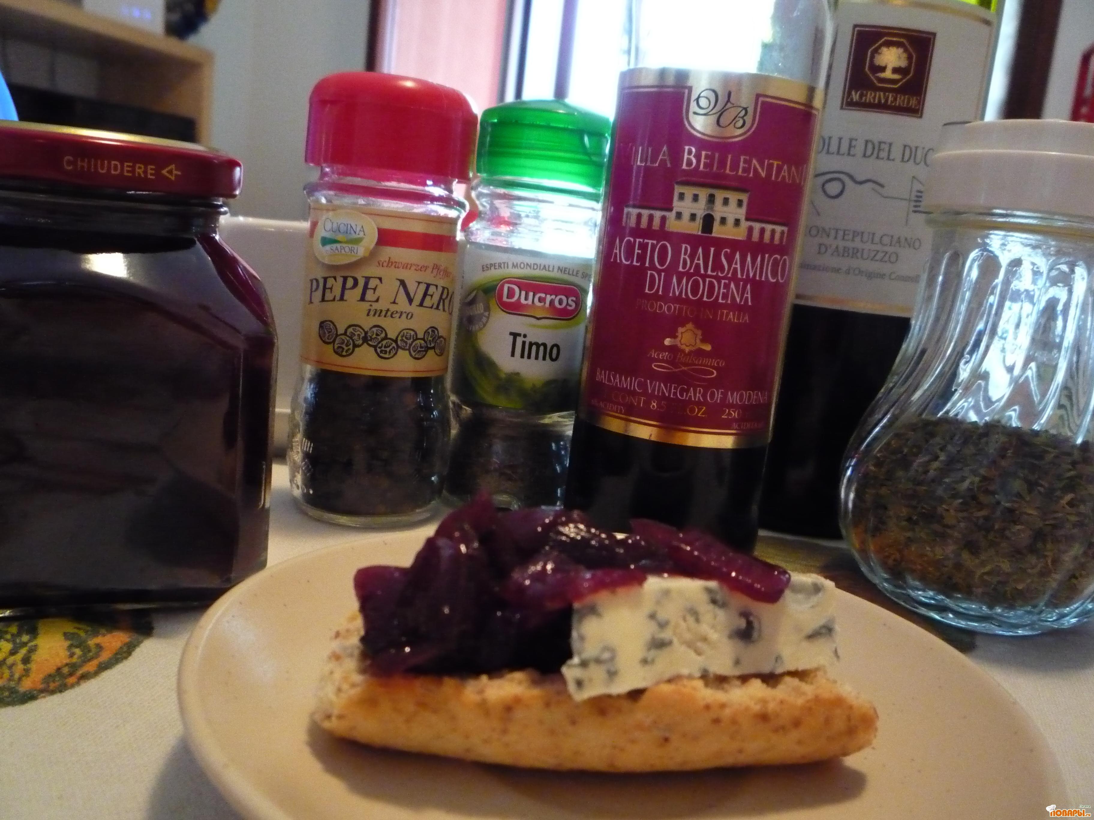 Рецепт Луковый мармелад - изысканное дополнение к паштетам и сырной тарелке.