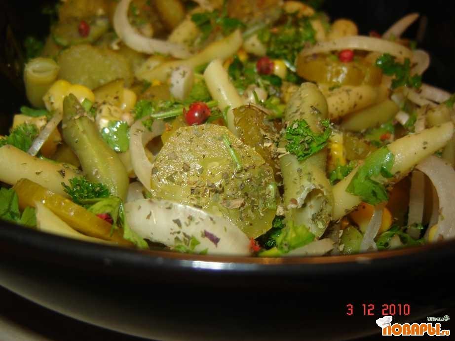 Салат из фасоли с солеными огурцами и морковью