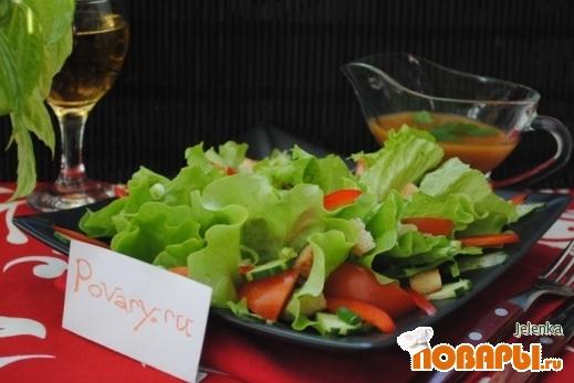 Рецепт Салат из свежих овощей и сухариков из белого хлеба с медово-горчичной заправкой