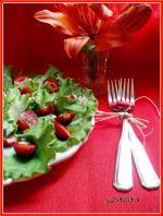 Салат с клубникой и листьями салата