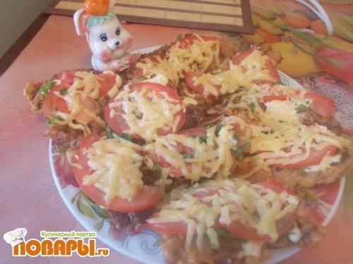 Рецепт Отбивные свиные сочные в кляре под сыром с зеленью и помидором