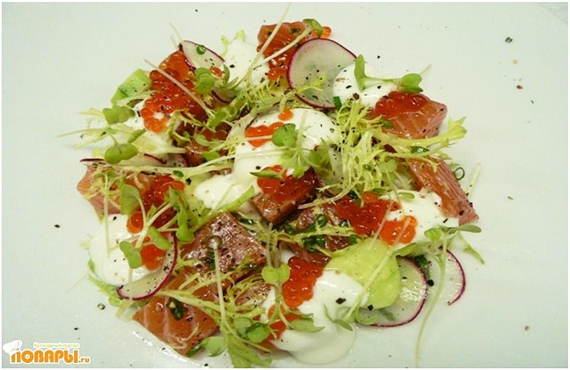 Рецепт Салат из лосося, овощей и красной икры под йогуртовой заправкой