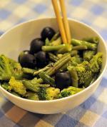 Теплый салат из стручковой фасоли и брокколи