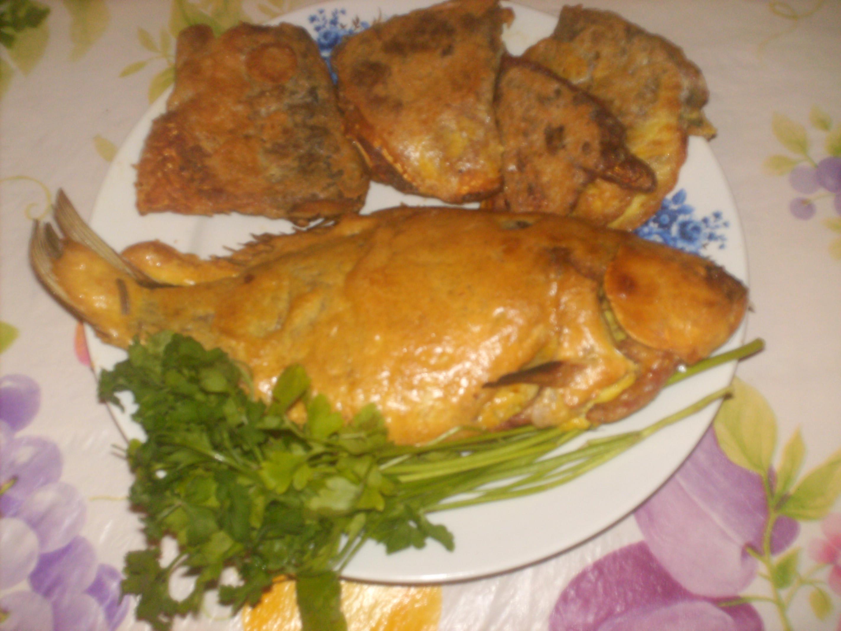 Рецепт Фаршированный карась картошкой, грибами и луком запеченный в духовке (под домашним майонезом)