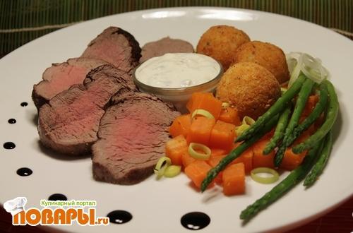 """Рецепт Запеченная говяжья вырезка с картофельными шариками, спаржей, морковью, пореем и соусом """"Блю Чиз"""""""