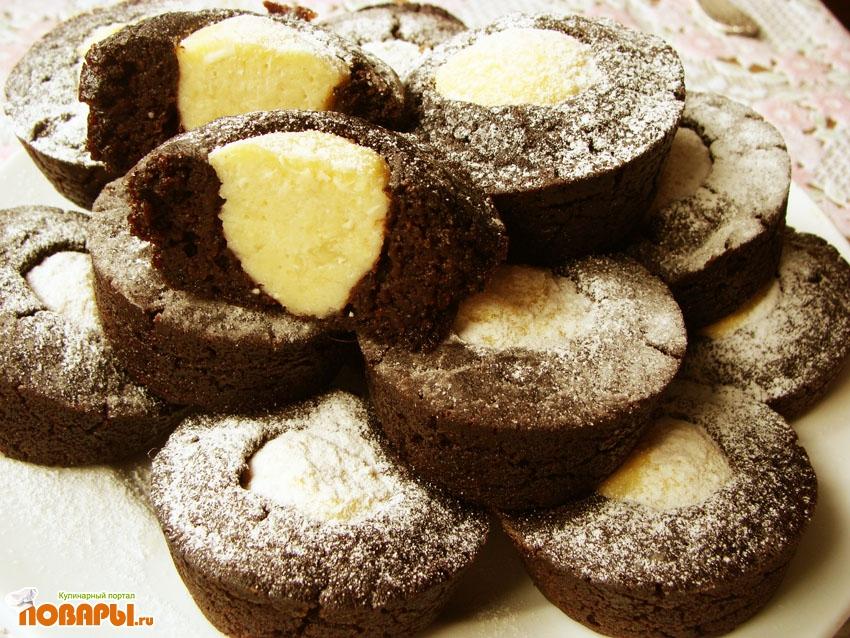 Шоколадные кексы с творожными шариками