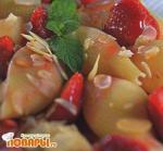 Салат из «ракушек» с клубникой