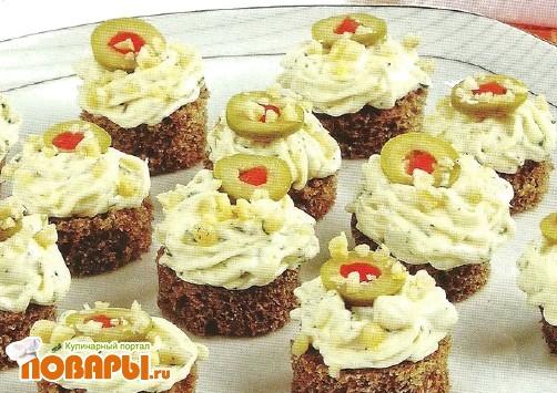 Рецепт Канапе с сыром и оливками