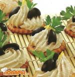 Крекеры с пастой из копченой скумбрии