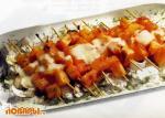 Дыня на шпажках с ананасовым соусом
