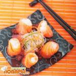 Ролл из лосося с икорным соусом