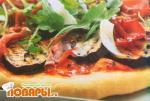 Пицца с баклажаном, брезаолой, рукколой и пармезаном