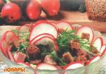 Салат с мясным паштетом и гренками