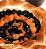 Пирог с курагой и сливовым вареньем