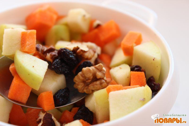 Рецепт Салат с яблоком, морковью, изюмом и орехами