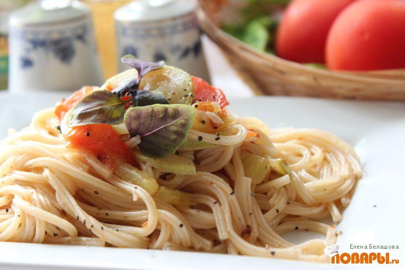 Рецепт Паста с острым соусом с помидорами, кабачками и базиликом