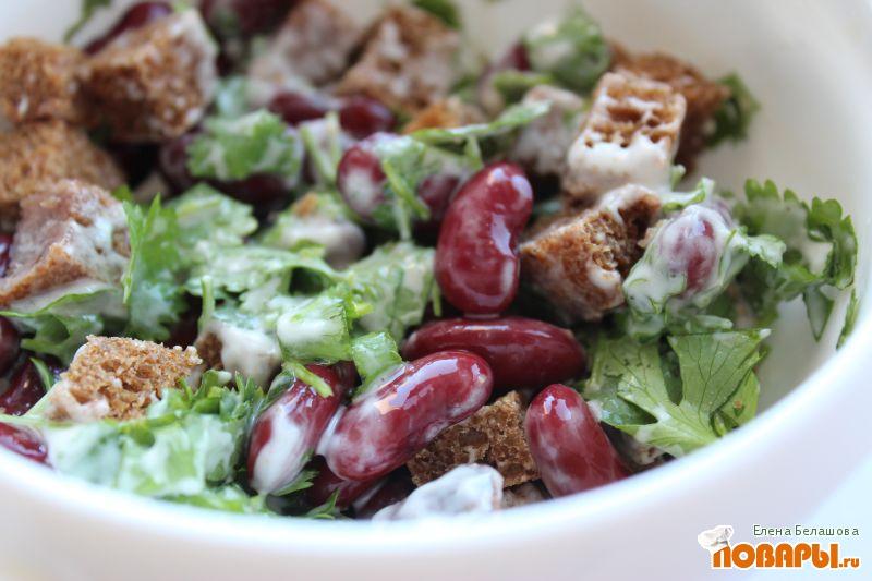 Рецепт Салат с фасолью, сухариками и кинзой
