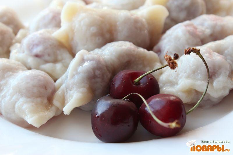 Рецепт Вареники с черешней (с соусом из клубничного сиропа и кокосового масла)