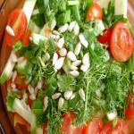 Свежий овощной салат с брокколи и семенами подсолнечника
