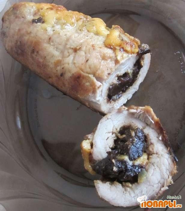 Рецепт Мясной рулет с черносливом и сыром под горчичным соусом