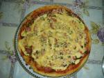 Пицца с грибами, колбасою и морепродуктами