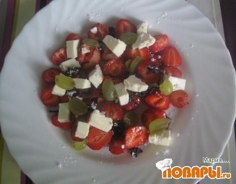 Рецепт Карпаччо из клубники с виноградом и сыром фета