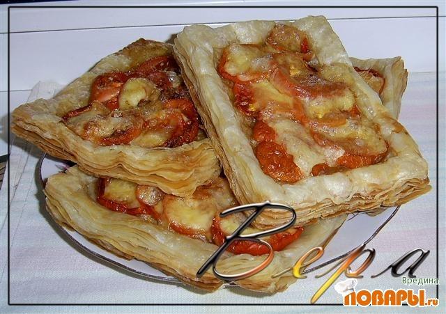Рецепт Слойки с сыром и помидорами.
