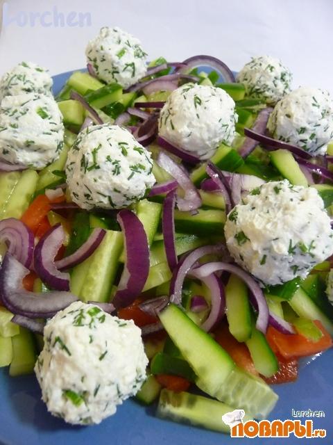 """Рецепт """"Овощной салат с сырными шариками и оливками"""""""