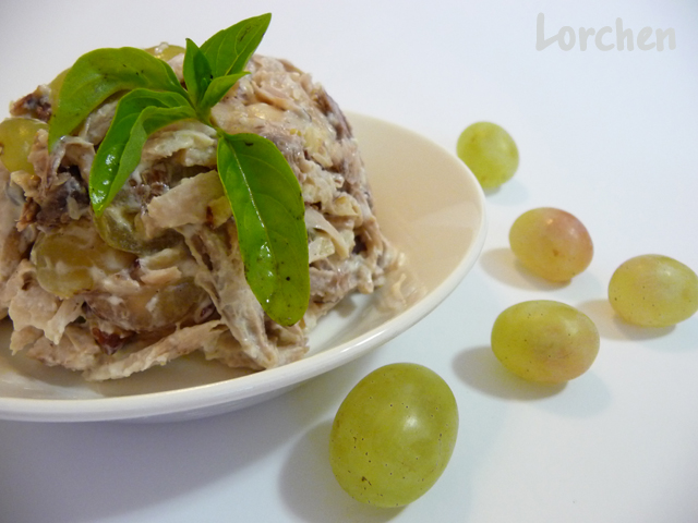 Рецепт Куриный салат с виноградом и фундуком