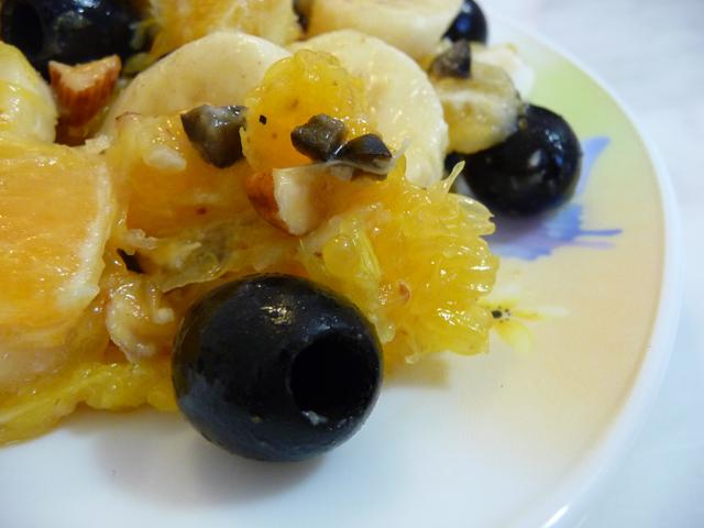 Рецепт Салат из бананов, апельсинов и маслин